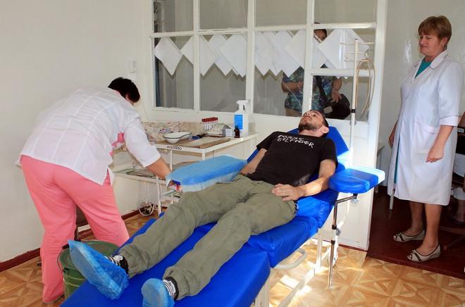 В Измаиле фонд Урбанского подарил донорам кресло
